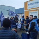 La Asociación Trabajadores del Estado seccional Río Grande,en el día de hoy nos manifestamos frente al Ministerio de Trabajo de nuestra ciudad sito en calle Obligado 750 de nuestra ciudad solicitando la Reapertura de Paritarias por recomposición salarial.